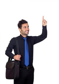 Junger geschäftsmann, der etwas mit seinem finger lokalisiert auf weißem hintergrund anzeigt