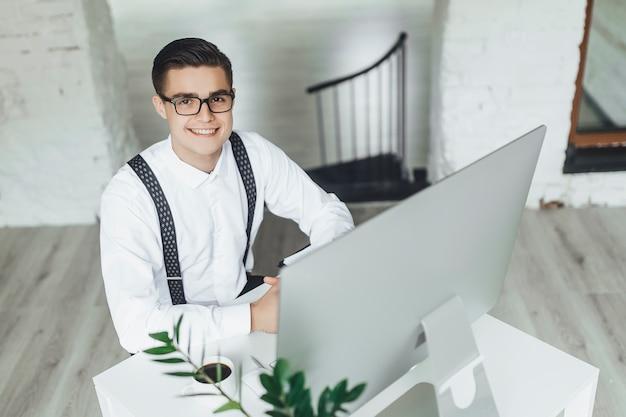 Junger geschäftsmann, der im büro arbeitet.