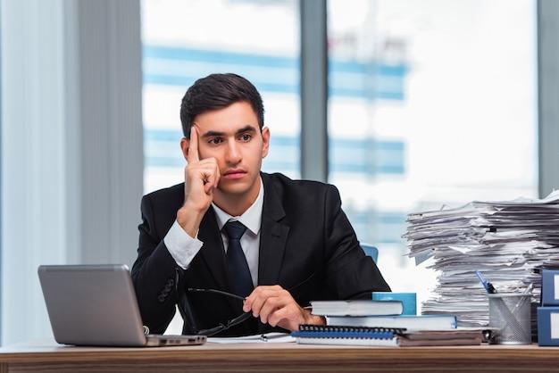 Junger geschäftsmann, der im büro arbeitet