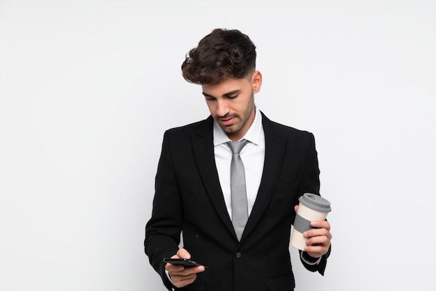 Junger geschäftsmann, der kaffee hält, um lokalisierten weißen hintergrund wegzunehmen