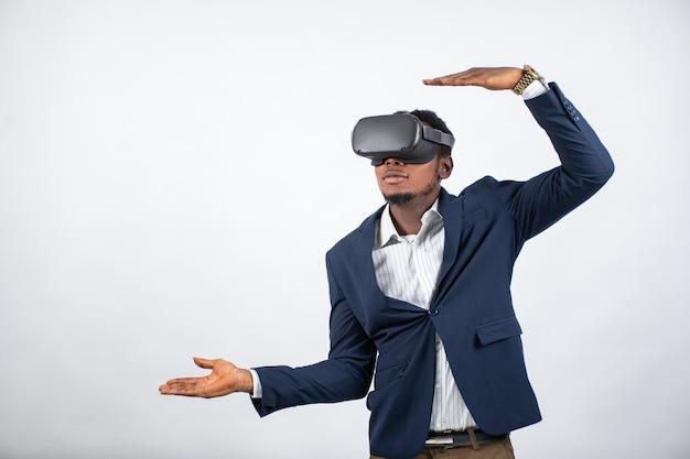 Junger geschäftsmann, der mit technologie vertraut ist und ein virtual-reality-headset verwendet