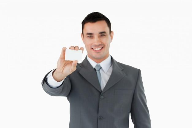 Junger geschäftsmann, der sein businesscard zeigt