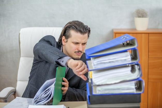 Junger geschäftsmann, der von seinem büro arbeitet