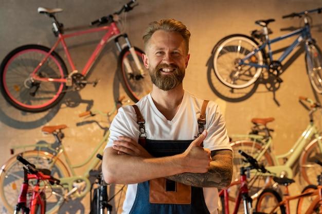 Junger geschäftsmann im fahrradladen hautnah