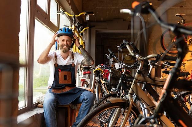 Junger geschäftsmann im fahrradladen hautnah Kostenlose Fotos