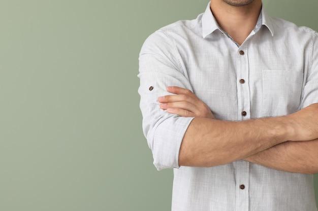 Junger geschäftsmann im stilvollen hemd auf farbe