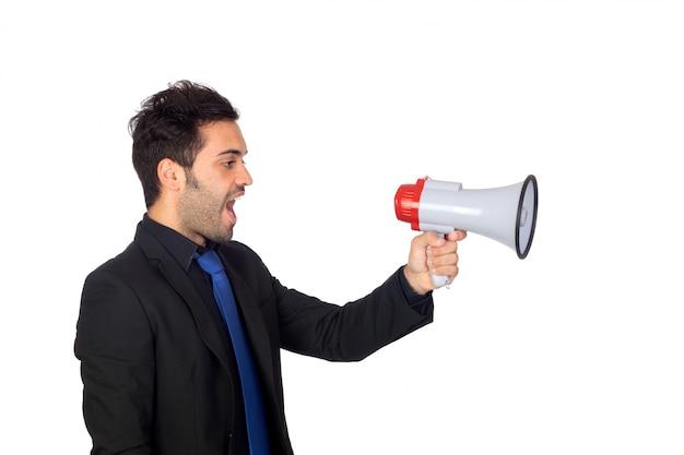 Junger geschäftsmann mit einem megaphon etwas verkündet lokalisiert auf weißem hintergrund