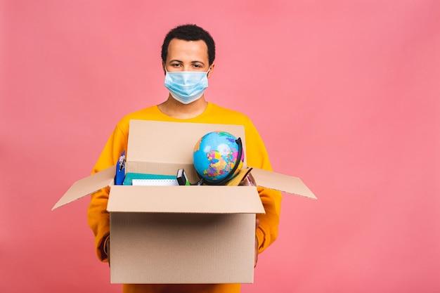 Junger geschäftsmann oder arbeitsloser mit box für den umzug in ein neues büro oder für eine freiberufliche tätigkeit