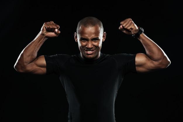 Junger glücklicher afroamerikanischer sportmann, der seinen sieg feiert