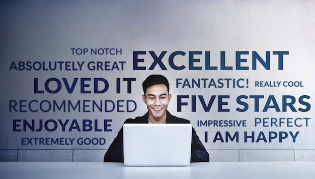 Junger glücklicher mann, der positive bewertungsbewertung liest