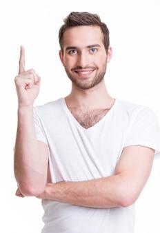 Junger glücklicher mann mit guter idee unterschreiben lässig auf weißem hintergrund.