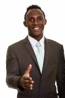 Junger glücklicher schwarzafrikanischer geschäftsmann, der lächelt und handha gibt