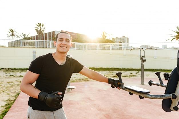 Junger glücklicher starker sportmannboxer
