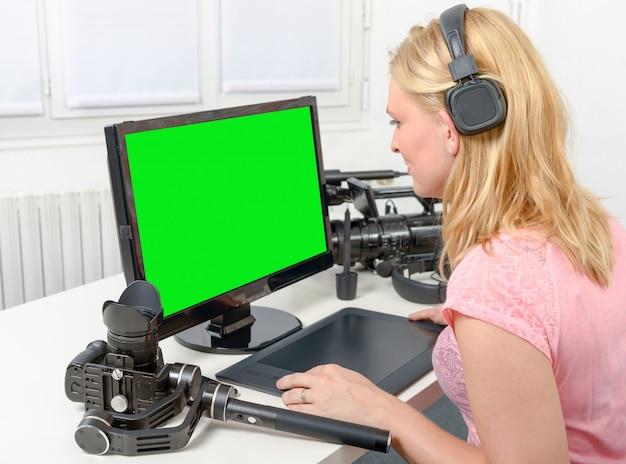 Junger grafikdesigner, der an computer unter verwendung der tablette arbeitet