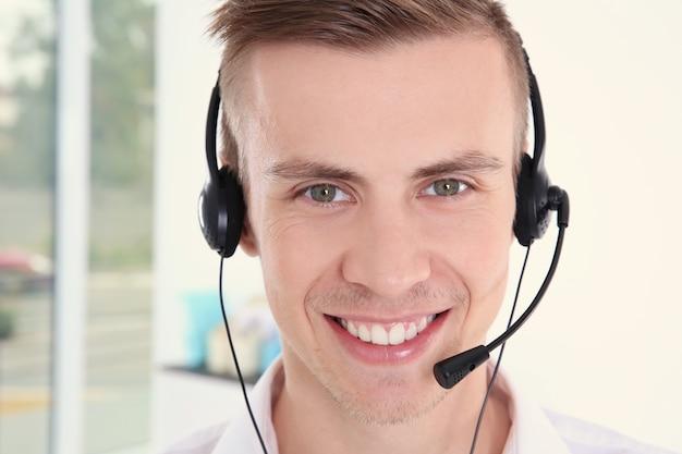 Junger gutaussehender disponent für technischen support, der arbeitet, nahaufnahme