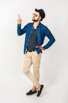 Junger gutaussehender hipster-mann, der mit dem finger zeigt