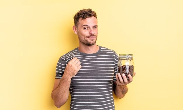 Junger gutaussehender mann, der ein arrogantes, erfolgreiches, positives und stolzes kaffeebohnenkonzept sieht