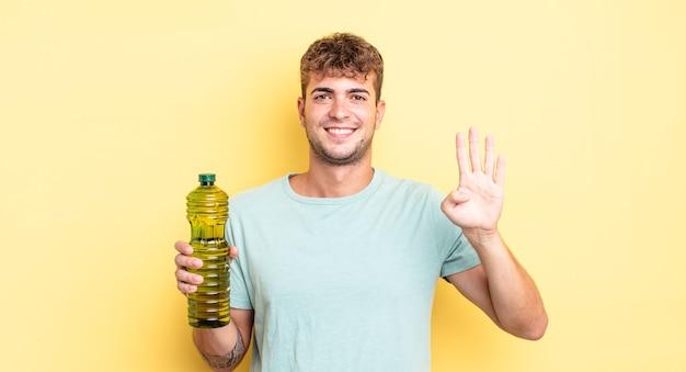 Junger gutaussehender mann, der freundlich lächelt und aussieht und nummer vier zeigt. olivenöl konzept