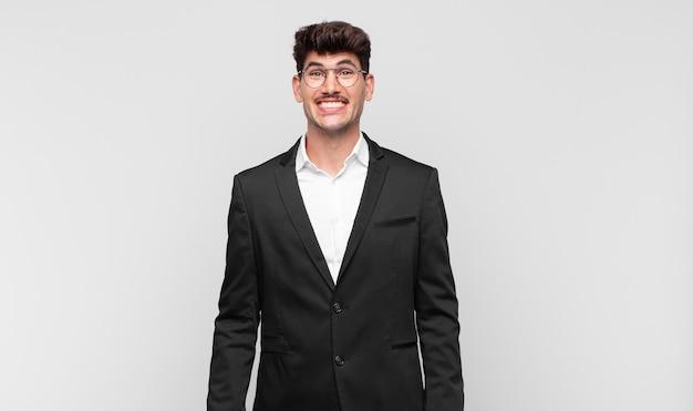 Junger gutaussehender mann, der glücklich und doof mit einem breiten, lustigen, verrückten lächeln und weit geöffneten augen aussieht