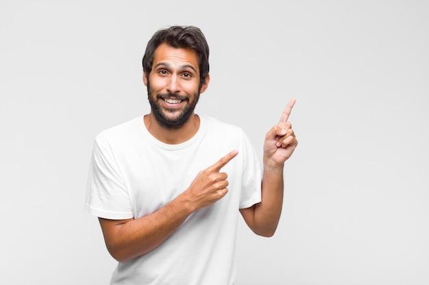 Junger gutaussehender mann, der mit einem verwirrten und fragenden blick auf sich selbst zeigt, schockiert und überrascht, ausgewählt zu werden
