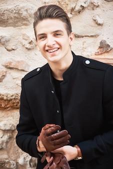 Junger gutaussehender mann, der schwarze kleidung trägt