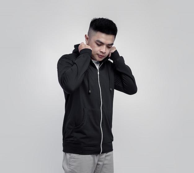 Junger gutaussehender mann, der schwarzen kapuzenpullover-reißverschluss trägt, lokalisiert auf hintergrund geeignet für modell