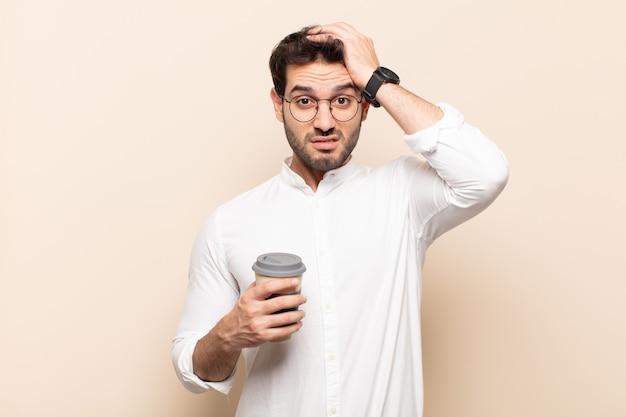 Junger gutaussehender mann, der sich frustriert und verärgert fühlt, krank und müde vom versagen, hat genug von langweiligen, langweiligen aufgaben
