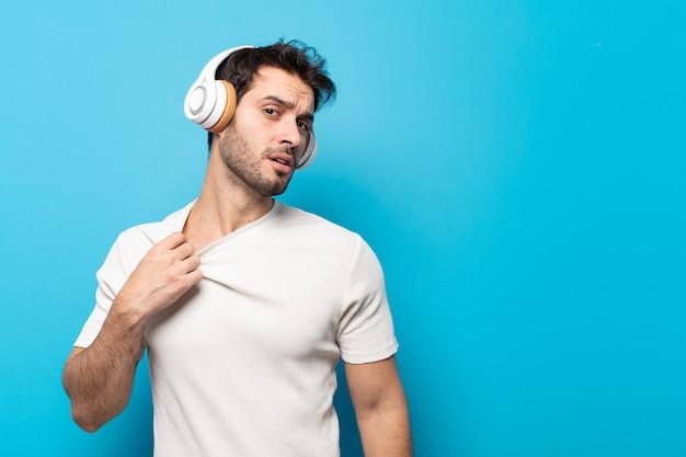 Junger gutaussehender mann, der sich gestresst, ängstlich, müde und frustriert fühlt, den hemdhals zieht und mit dem problem frustriert aussieht
