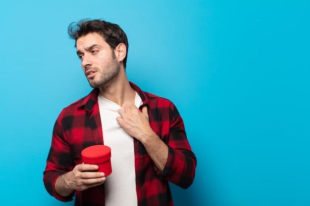 Junger gutaussehender mann, der sich gestresst, ängstlich, müde und frustriert fühlt, hemdkragen zieht, frustriert mit problemen aussieht