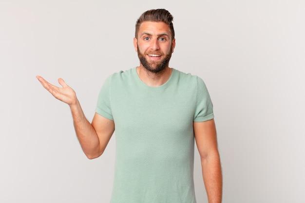 Junger gutaussehender mann, der sich glücklich fühlt, überrascht, eine lösung oder idee zu realisieren