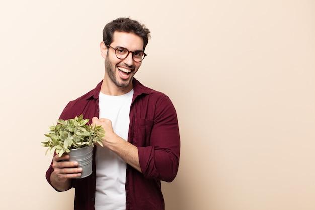 Junger gutaussehender mann, der sich glücklich, positiv und erfolgreich fühlt, motiviert, wenn er sich einer herausforderung stellt oder gute ergebnisse feiert
