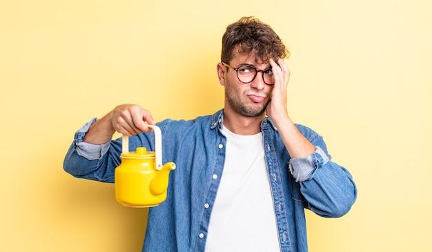 Junger gutaussehender mann, der sich nach einem ermüdenden teekannenkonzept gelangweilt, frustriert und schläfrig fühlt