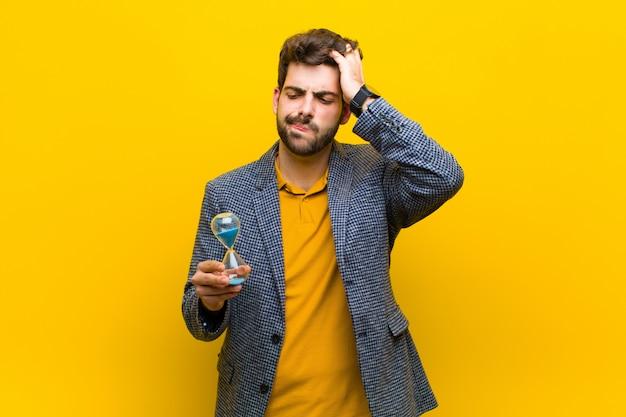 Junger gutaussehender mann gegen orange hintergrund