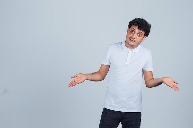 Junger gutaussehender mann in einem lässigen t-shirt