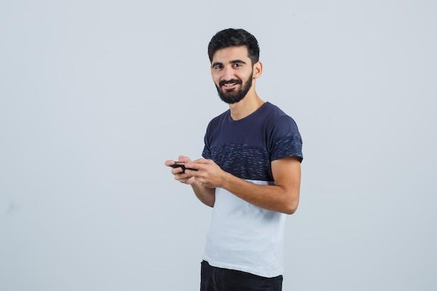 Junger gutaussehender mann mit einem telefon
