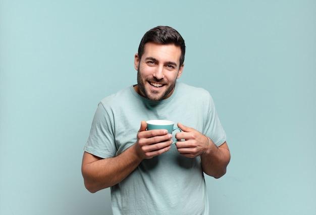 Junger gutaussehender mann mit einer kaffeetasse. frühstückskonzept