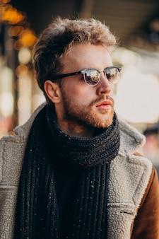 Junger gutaussehender mann mit winterkleidung