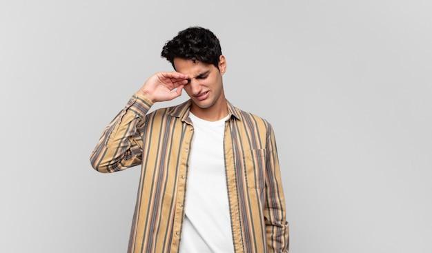 Junger gutaussehender mann sieht gestresst, müde und frustriert aus