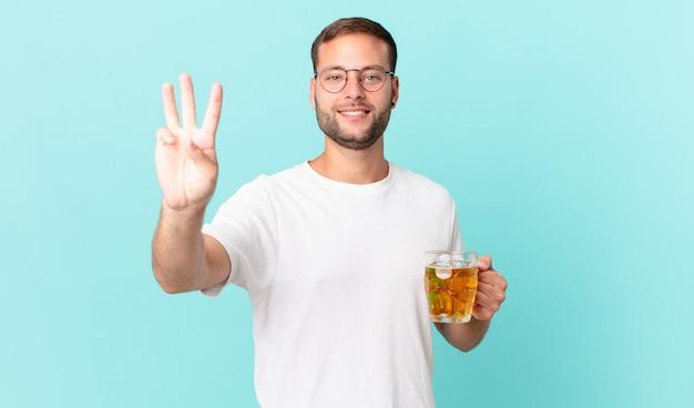 Junger gutaussehender mann trinkt ein pint bier