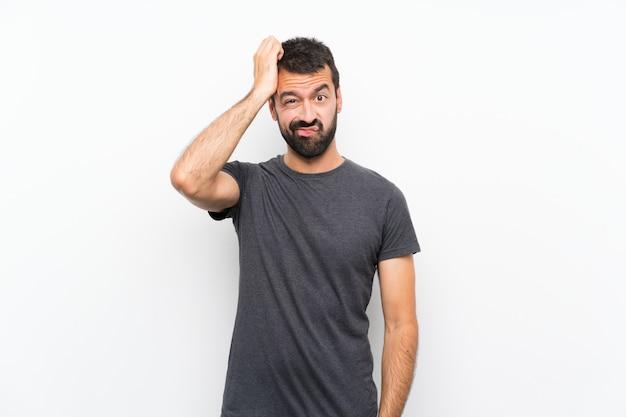 Junger gutaussehender mann über lokalisiertem weißem hintergrund mit einem ausdruck der frustration und des nichtverständnisses