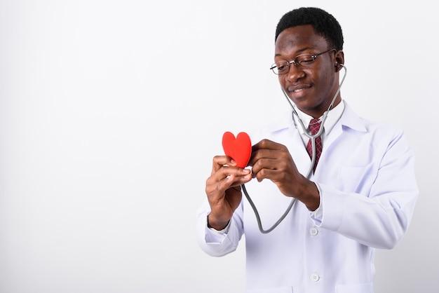Junger gutaussehender mannarzt, der brillen trägt