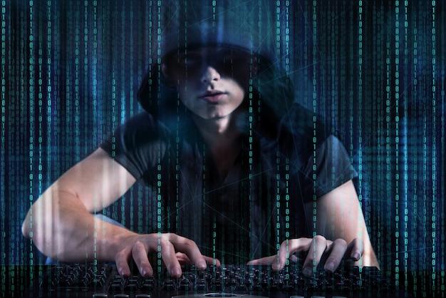 Junger hacker im digitalen sicherheitskonzept