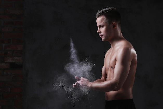 Junger hemdloser sexy mann posiert