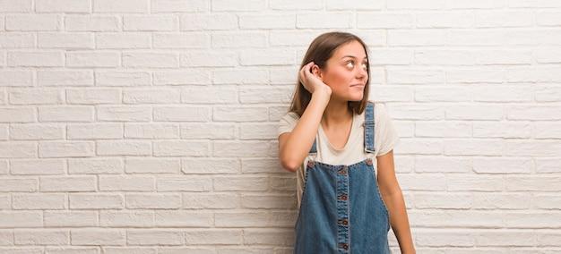 Junger hippie-frauenversuch zum hören eines klatsches