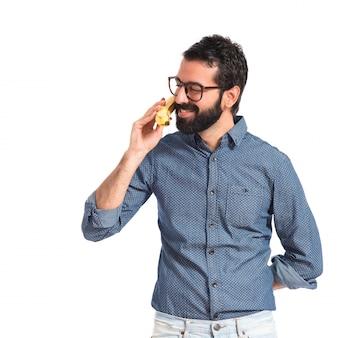 Junger hippie-mann, der durch banane spricht