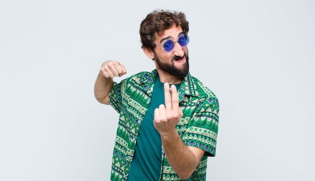 Junger hippie-mann, der einen joint über weißer wand raucht