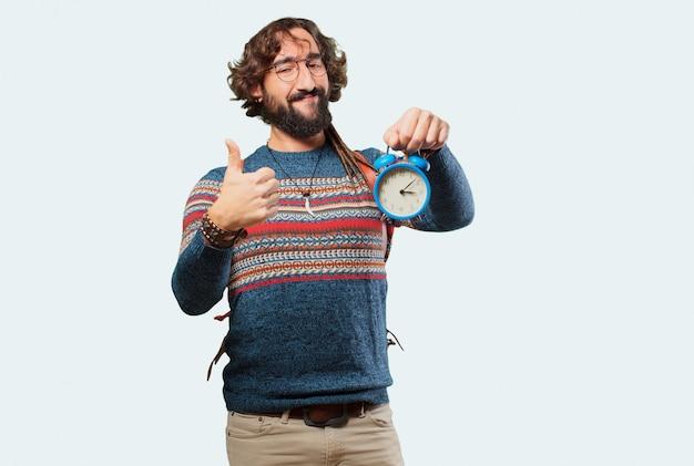Junger hippiemann mit einem wecker