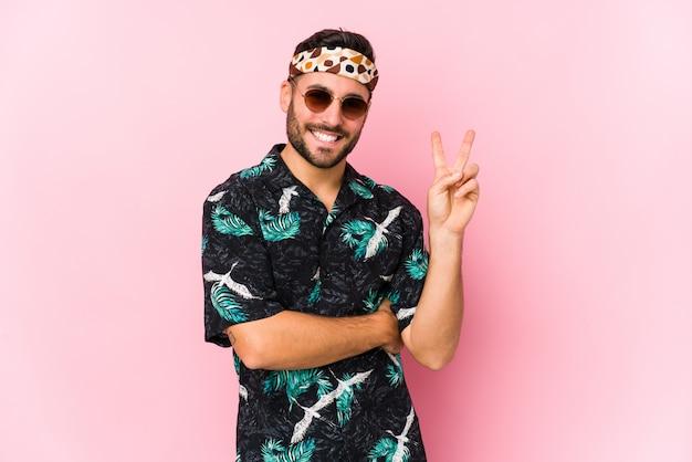 Junger hipster-mann isoliert, der nummer zwei mit fingern zeigt.