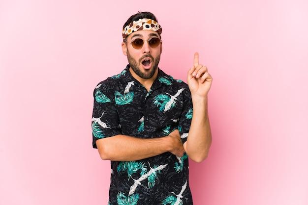 Junger hipster-mann isoliert mit einer großartigen idee, konzept der kreativität.