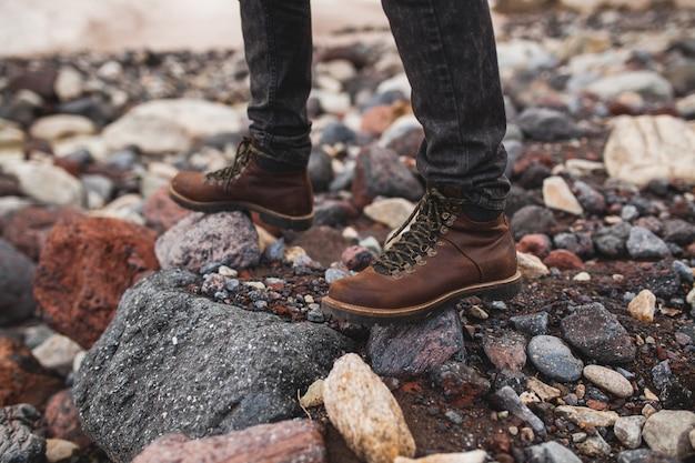 Junger hipster-mann, wandern in der wilden natur, winterurlaub